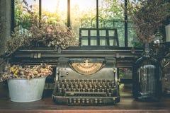 Ornamentos del vintage de la máquina de escribir y floreros viejos de flores secadas Foto de archivo libre de regalías