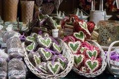 Ornamentos en forma de corazón de la Navidad en un quiosco en el mercado de la Navidad - Weihnachtsmarkt - en Stuttgart, Alemania Foto de archivo libre de regalías