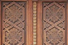 Ornamentos en las puertas de madera de la iglesia en monasterio medieval armenio Fotografía de archivo libre de regalías