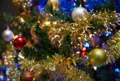 Ornamentos en un árbol de navidad imagen de archivo libre de regalías