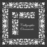 Ornamentos, esquinas, fronteras y marcos caligráficos decorativos en un fondo de la pizarra - para la decoración y el diseño de l Foto de archivo libre de regalías