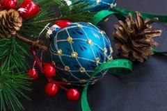 Ornamentos festivos de la Navidad con las bolas, cinta, rama de árbol de abeto Fotografía de archivo libre de regalías