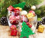 Ornamentos festivos de la Navidad con los regalos y las bolas Fotos de archivo libres de regalías