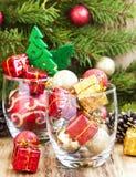 Ornamentos festivos de la Navidad con los regalos y las bolas Imagen de archivo libre de regalías