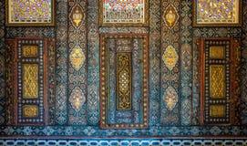 Ornamentos florales de los armarios integrados de madera pintados con los modelos geométricos coloreados, El Cairo, Egipto Foto de archivo