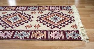 Ornamentos geométricos inconsútiles populares del modelo en la alfombra Diseño tradicional de la alfombra fotos de archivo