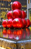 Ornamentos gigantes de la Navidad en Midtown Manhattan Foto de archivo libre de regalías