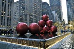 Ornamentos gigantes de la Navidad en Midtown Manhattan Imágenes de archivo libres de regalías