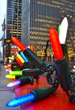 Ornamentos gigantes de la Navidad en Midtown Manhattan, NYC Foto de archivo libre de regalías