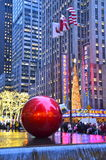 Ornamentos gigantes de la Navidad en Midtown Manhattan, NYC Fotografía de archivo