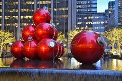 Ornamentos gigantes de la Navidad en Midtown Manhattan, NYC Imagen de archivo