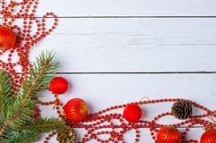 Ornamentos, gotas y bolas de la Navidad en un backgroun de madera blanco Imagenes de archivo