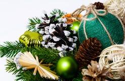 Ornamentos hechos a mano de la Navidad y conos adornados nevosos del pino Foto de archivo libre de regalías