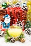 Ornamentos hermosos de la Navidad como decoración de la tabla El Año Nuevo hincha la vela Fotografía de archivo