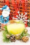 Ornamentos hermosos de la Navidad como decoración de la tabla El Año Nuevo hincha la vela Imagen de archivo