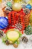 Ornamentos hermosos de la Navidad como decoración de la tabla El Año Nuevo hincha la vela Imágenes de archivo libres de regalías