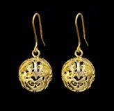 Ornamentos hermosos del oro en un fondo oscuro Joyería para las mujeres Collar y pendientes Imagenes de archivo