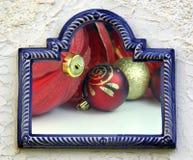 Ornamentos rojos de la bola para la tarjeta de felicitación de la Navidad Imagen de archivo