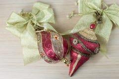 Ornamentos rojos de la Navidad imagen de archivo