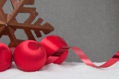Ornamentos rojos de la Navidad del vintage en fondo gris Imagenes de archivo