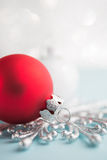Ornamentos rojos y blancos de Navidad en fondo del bokeh del brillo Fotografía de archivo