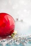 Ornamentos rojos y blancos de Navidad en fondo del bokeh del brillo Imágenes de archivo libres de regalías