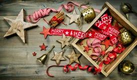 Ornamentos rojos y de oro de la Navidad Estilo de la vendimia Fotografía de archivo libre de regalías