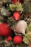 Ornamentos rojos y de plata de la Navidad Fotos de archivo