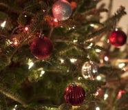 Ornamentos rojos y de plata de la Navidad con las luces rojas y blancas Imagen de archivo libre de regalías