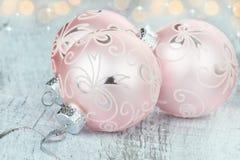 Ornamentos rosados de la Navidad Fotos de archivo libres de regalías