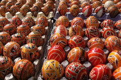 Ornamentos tradicionales en los huevos de Pascua Imágenes de archivo libres de regalías