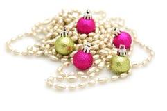 Ornamentos verdes y rosados de la Navidad Imagen de archivo libre de regalías