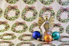 Ornamentos y ángel de Navidad en el papel de embalaje del día de fiesta Fotos de archivo