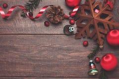 Ornamentos y árbol de hoja perenne del vintage en la madera Imagen de archivo libre de regalías