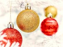 Ornamentos y árbol de la Navidad Fotos de archivo