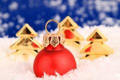 Ornamentos y árboles de la Navidad Imagen de archivo libre de regalías