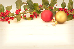 Ornamentos y acebo en el fondo de madera con el sitio o espacio Antiqued de la Navidad para el texto, palabras, copia. Fotos de archivo