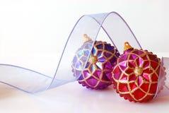 Ornamentos y cinta de la Navidad fotos de archivo libres de regalías