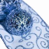Ornamentos y cinta del día de fiesta Imagen de archivo libre de regalías