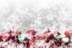 Ornamentos y copos de nieve de plata y rojos de la Navidad Fotos de archivo libres de regalías