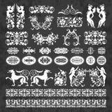 Ornamentos y elementos caligráficos decorativos en un fondo de la pizarra - sistema del vector Fotos de archivo