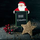 Ornamentos y Feliz Navidad del texto en alemán imágenes de archivo libres de regalías