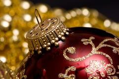 Ornamentos y granos de la Navidad imagenes de archivo