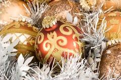 Ornamentos y guirnalda del árbol de navidad Imagenes de archivo