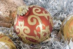 Ornamentos y guirnalda del árbol de navidad Fotos de archivo libres de regalías