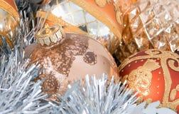 Ornamentos y guirnalda del árbol de navidad Fotos de archivo