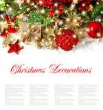 Ornamentos y luces de oro de la decoración de la Navidad Foto de archivo libre de regalías