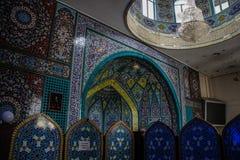 Ornamentos y modelos tradicionales en un fondo azul en mezquitas iraníes imagenes de archivo