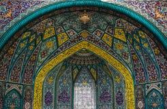 Ornamentos y modelos tradicionales en un fondo azul en mezquitas iraníes fotografía de archivo