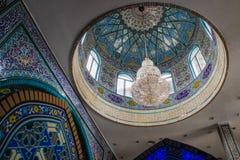 Ornamentos y modelos tradicionales en un fondo azul en mezquitas iraníes fotos de archivo libres de regalías
